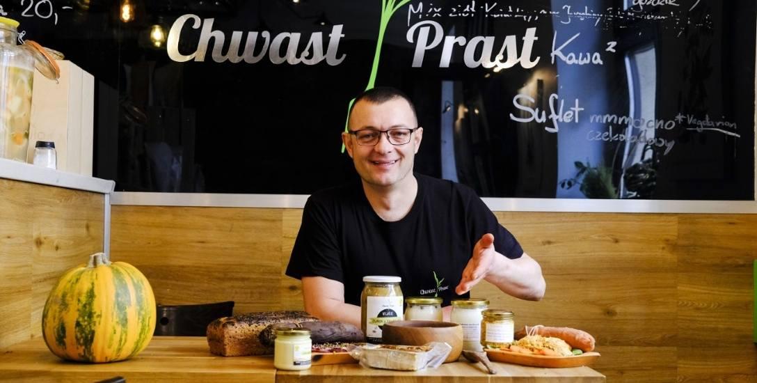 """Filip Malinowski z """"Chwast Prast Vegetarian Bistro"""" prezentuje wegańskie menu wielkanocne. -Wiekszość naszych klientów to mięsożercy."""
