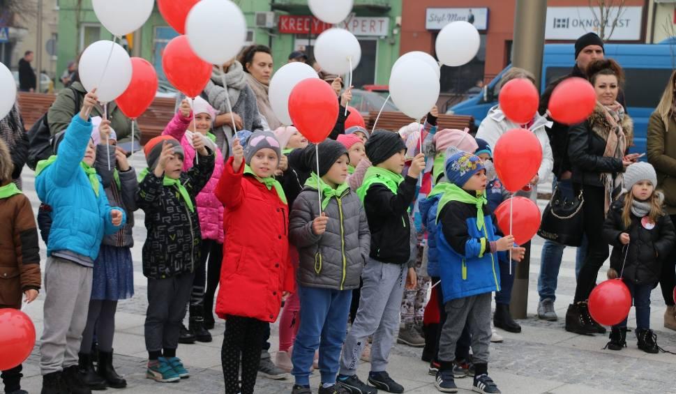 Film do artykułu: Święto Niepodległości w Makowie Maz. Przedszkolaki odśpiewały hymn Polski na rynku