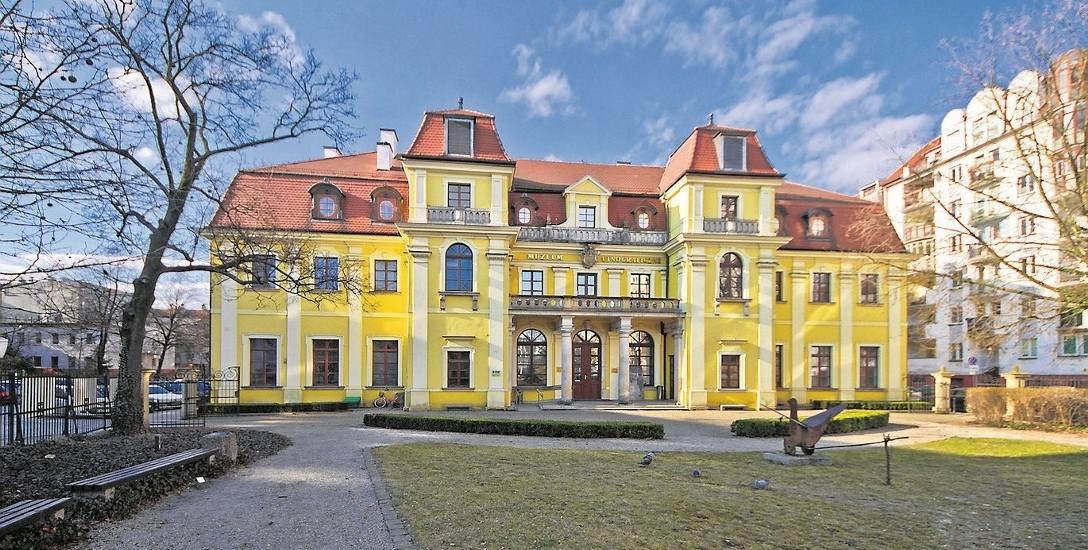 Pałac kiedyś otoczony wspanialym parkiem, dziś stoi w środku mieszkaniowego osiedla. Dla Muzeum Etnograficznego to nawet nie jest najgorsze sąsiedzt