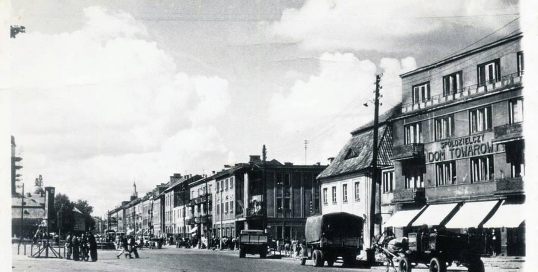 Rynek Kościuszki, 1956 r. U wylotu ul. Sienkiewicza gmach Towarzystwa Przyjaźni Polsko-Radzieckiej, przez lata centrum kultury w Białymstoku.