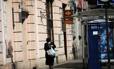 Koronawirus a zakupy. Seniorzy robią wycieczki do sklepów, bo nie wytrzymują w domach