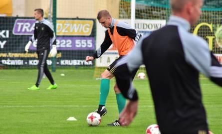 Piłkarze Stali Stalowa Wola szykują się do meczu z Legionovią. Na zdjęciu z piłką środkowy obrońca Sebastian Zalepa.