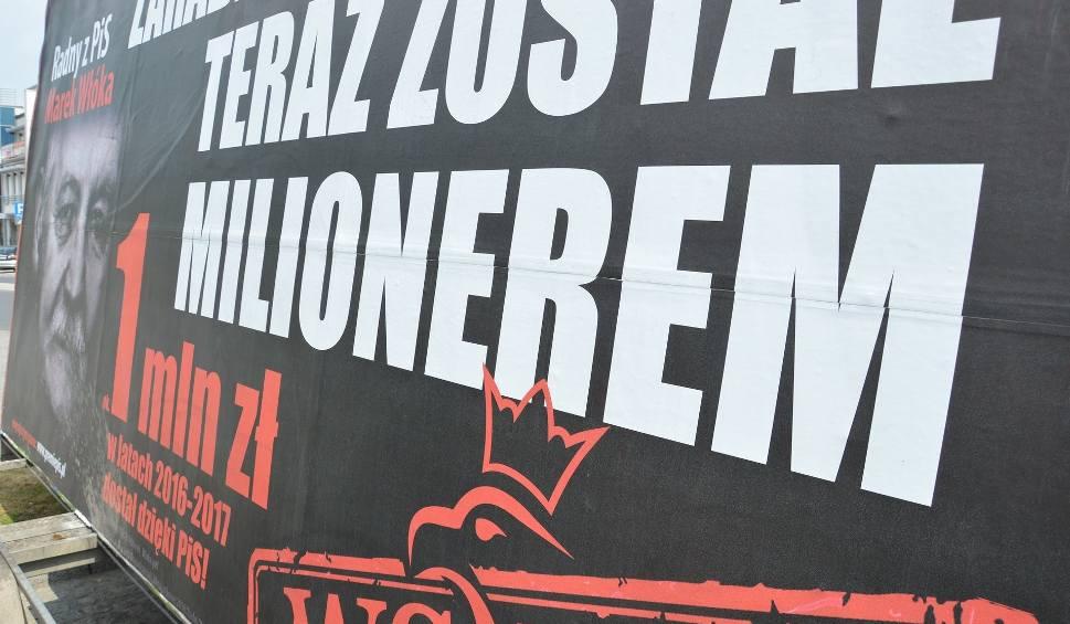 Film do artykułu: Konwój wstydu w Piotrkowie. Kolejna akcja PO z billboardami o zarobkach polityków PiS. Bohaterem radny Marek Włóka