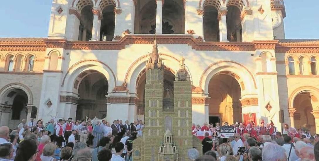 """Wykonana z ziaren zbóż i słomy replika Bazyliki Mariackiej była wielką atrakcją """"festy"""" w Osimo"""