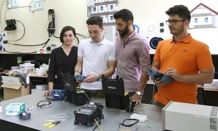 W laboratorium technik światłowodowych PŁ stoją od lewej: Andrea, Salvatore, Giovanni i Luigi
