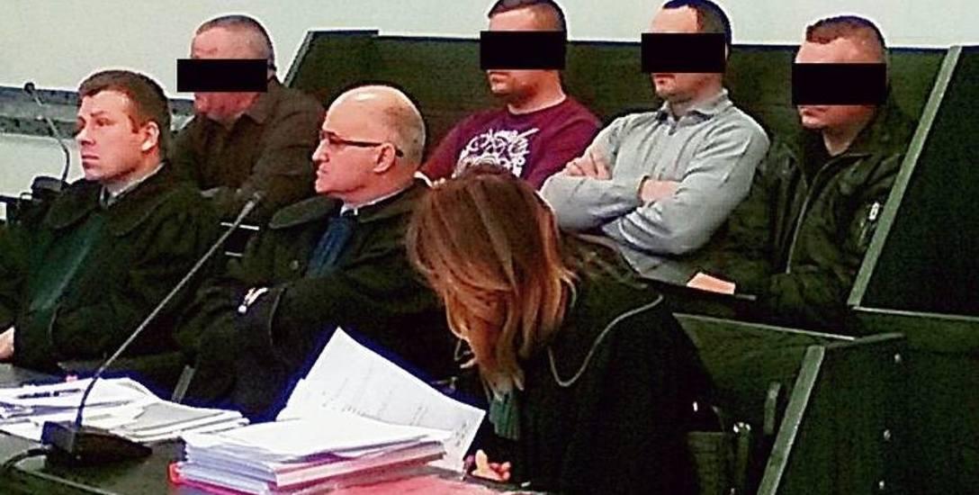 Oskarżeni policjanci (od lewej): Waldemar W., Seweryn J., Andrzej B., Artur S. Ich proces zbliża się do końca. Wszyscy odpowiadają za przekroczenie uprawnień,