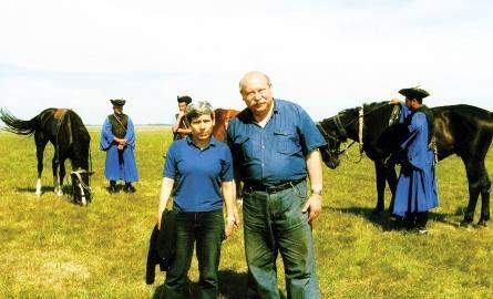 Autor z węgierską przewodniczką Ibolyą Takaćś na puszcie, za nimi przygotowujący się do popisu koniarze.