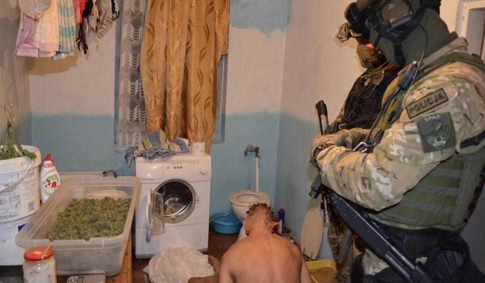 Film do artykułu: Policjanci z Szydłowca przejęli ponad kilogram narkotyków, białe tabletki, broń i amunicję