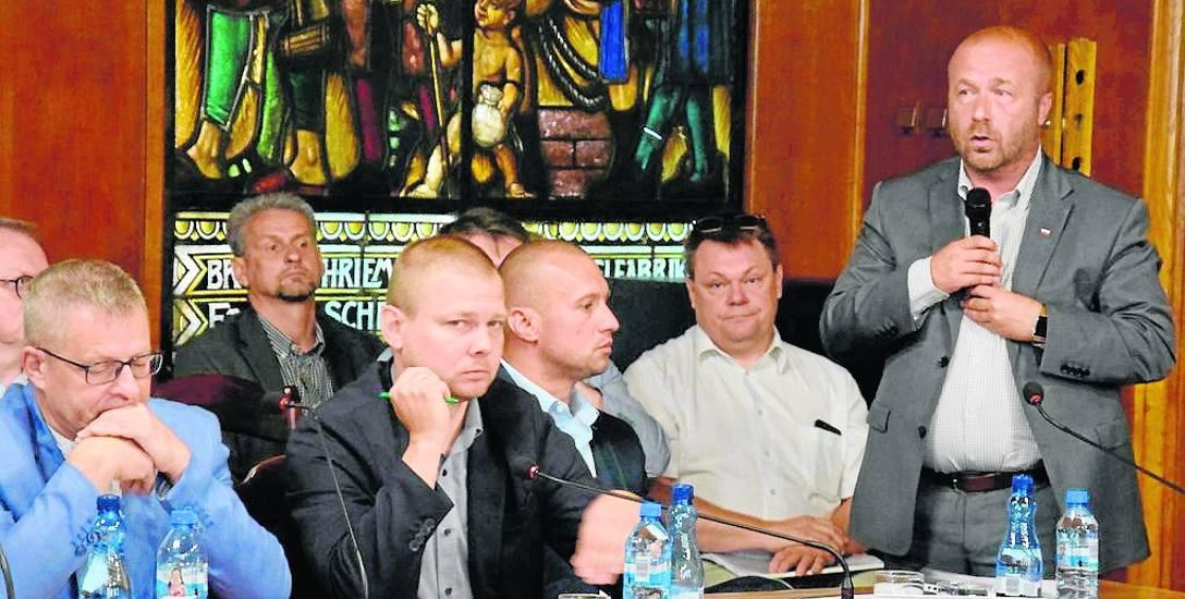 Wicestarosta Robert Fabisiak (stoi) deklarował, że powiat jest za dofinansowaniem szpitala w Szczecinku