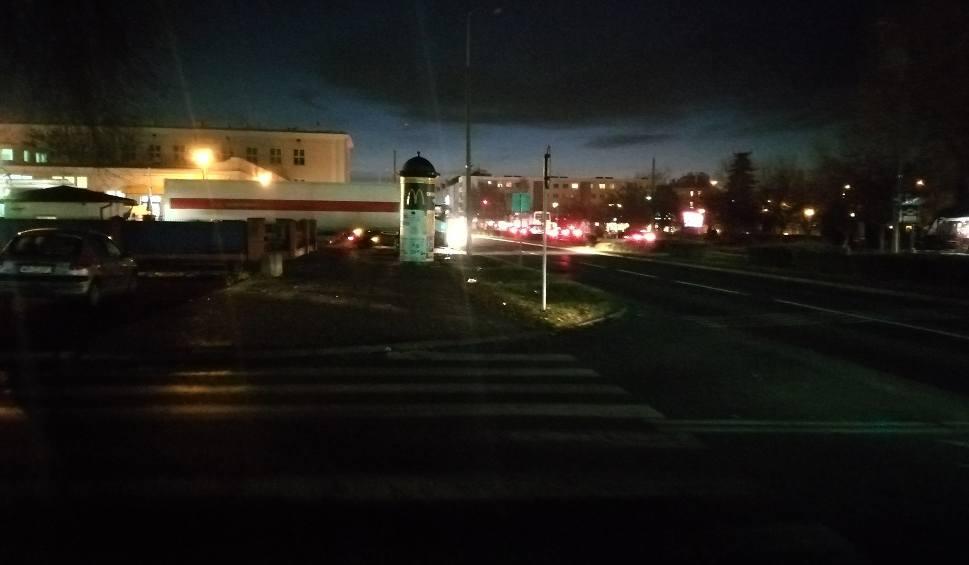 Film do artykułu: Awaria prądu przy dworcu PKP w Radomiu. Przez około godzinę nie działały lampy uliczne przy Poniatowskiego i Beliny-Prażmowskiego