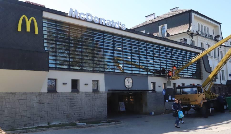 Film do artykułu: McDonald's na dworcu kolejowym w Radomiu będzie otwarty zaraz po świętach. Kiedy?