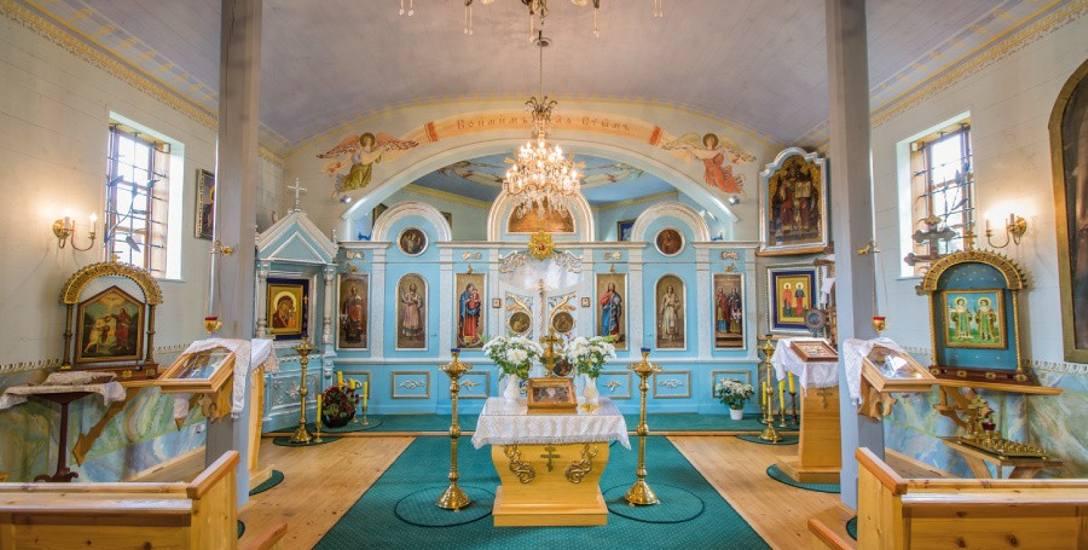 Wnętrze cerkwi prawosławnej pod wezwaniem świętych Kosmy i Damiana w Bartnem. Obiekt jest na Szlaku Architektury Drewnianej