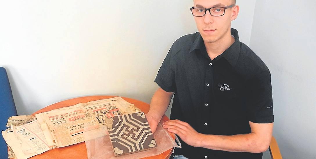 Tomasz Grochowski odwiedził naszą redakcję, by pokazać rzeczy znalezione podczas porządkowania piwnicy w kamienicy w Sułkowie