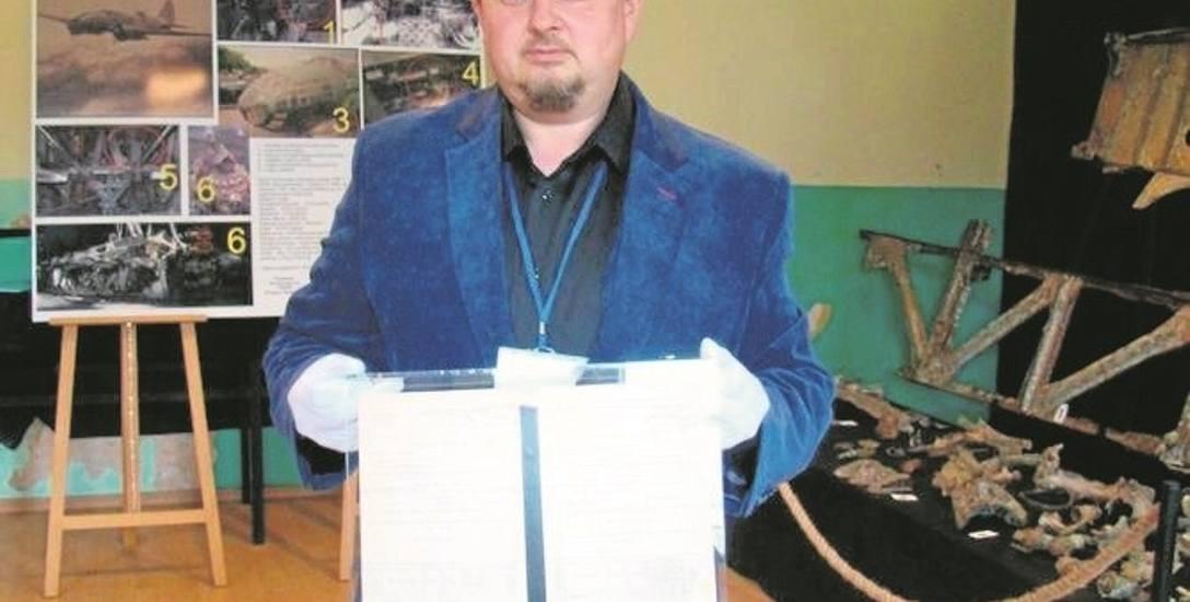 Krzysztof Kołodziejczyk z Fundacji Pobliskie Miejsca Pamięci Auschwitz-Birkenau pokazuje nieznane dotąd dokumenty