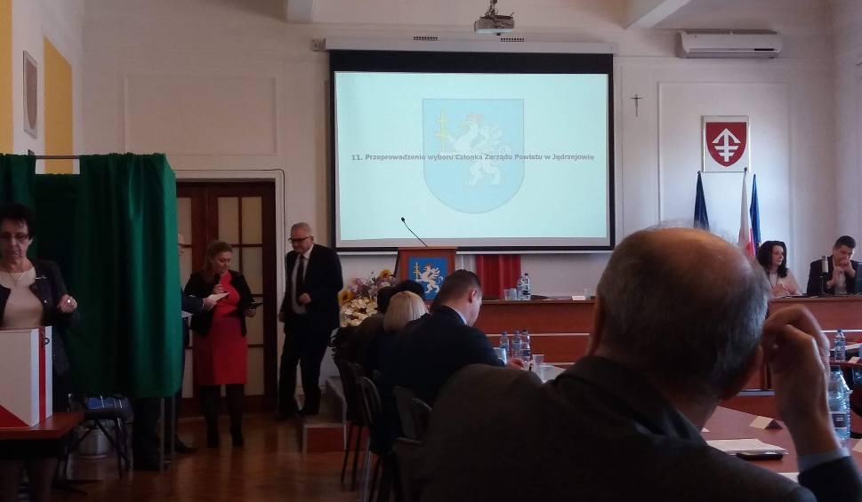 Film do artykułu: Sesja Rady Powiatu Jędrzejowskiego. Nowy członek zarządu, stan bezpieczeństwa i...dopłata do naszej ciuchci