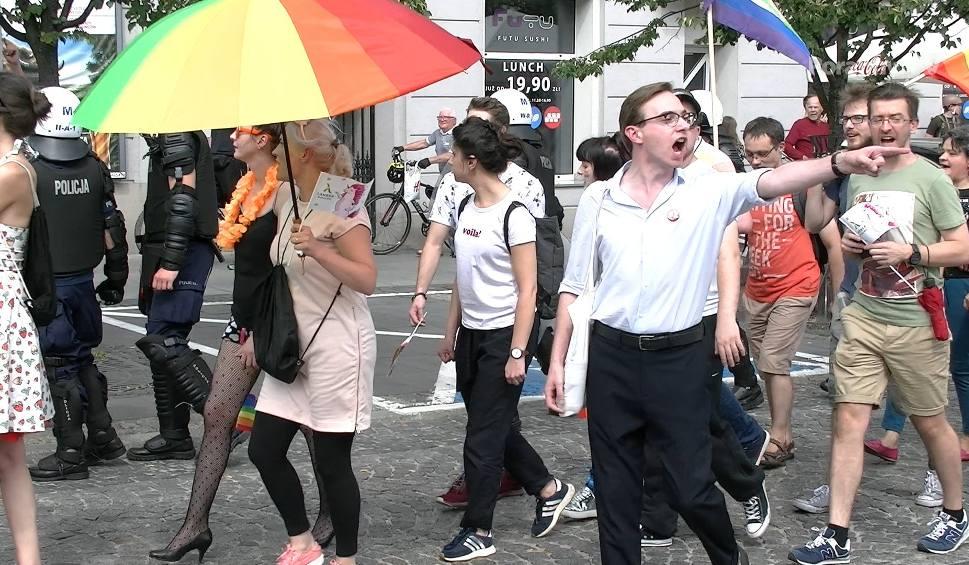 Film do artykułu: Ulicami Białegostoku przeszedł pierwszy Marsz Równości. Kibice starali się go blokować [WIDEO]