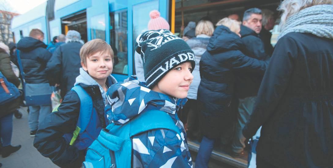 Darmowe przejazdy miejską komunikacją ucieszyłyby wielu mieszkańców Wrocławia. Na zdjęciu: Alan i Dorian Nogaj wracają tramwajem ze szkoły do domu