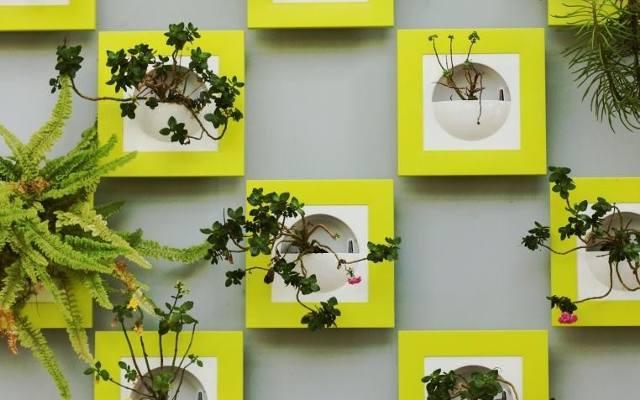 Miniogród wertykalny można urządzić w mieszkaniu, sadząc po prostu rośliny w dekoracyjnych doniczkach w kształcie kieszonek.