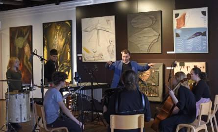 """Młodzież w ramach """"Muzealnych Partytur"""" stworzyła muzyczne interpretacje obrazów. Posłuchamy ich na żywo już w środę w Galerii Sztuki Nowoczesnej (ul."""