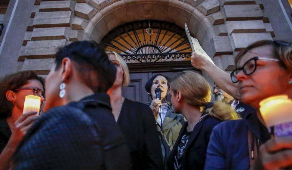Film do artykułu: Prokuratura bada sprawę elewacji sądu, która miała zostać uszkodzona po protestach
