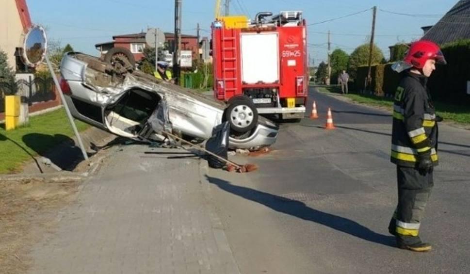 Film do artykułu: Groźny wypadek w Żorach na ulicy Folwareckiej. Auta jechały na czołówkę. Jedno dachowało WIDEO Z MONITORINGU