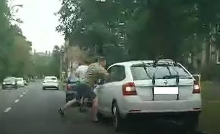 Scena pobicia kierowcy Skody