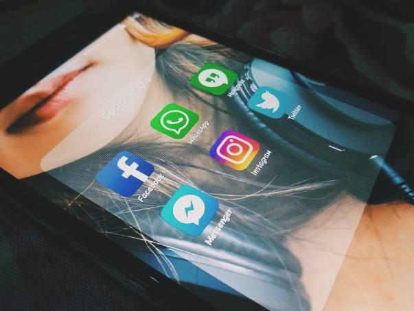 Facebook to społeczność, której członkowie w założeniu mieli używać tych samych imion i nazwisk, co w codziennym, realnym życiu. Użytkownicy Facebooka