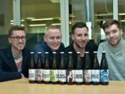 Mateusz Waszczuk (od lewej) Michał Łapiński, Tomasz Tupalski i Karol Waszczuk o prezentują uwarzone przez siebie piwa rzemieślnicze