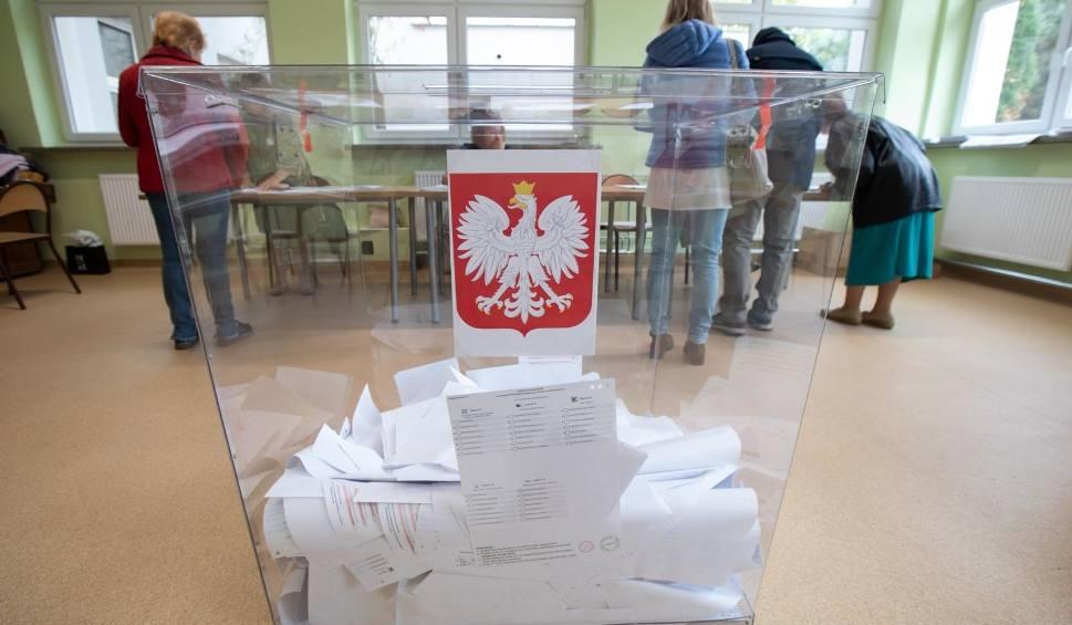 Film do artykułu: Wybory samorządowe 2018 NA ŻYWO Głosowanie trwa! Problemy z ePUAP. PKW: Frekwencja do godz. 17 - 41,65 proc. Kiedy wyniki wyborów? [ZDJĘCIA]
