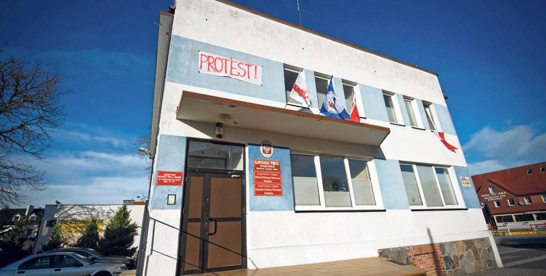 W sprawie sprzeciwu wobec likwidacji Urzędu Morskiego w Słupsku zbierane są podpisy pod petycją. Na kapitanacie portu w Darłowie rozwieszony został