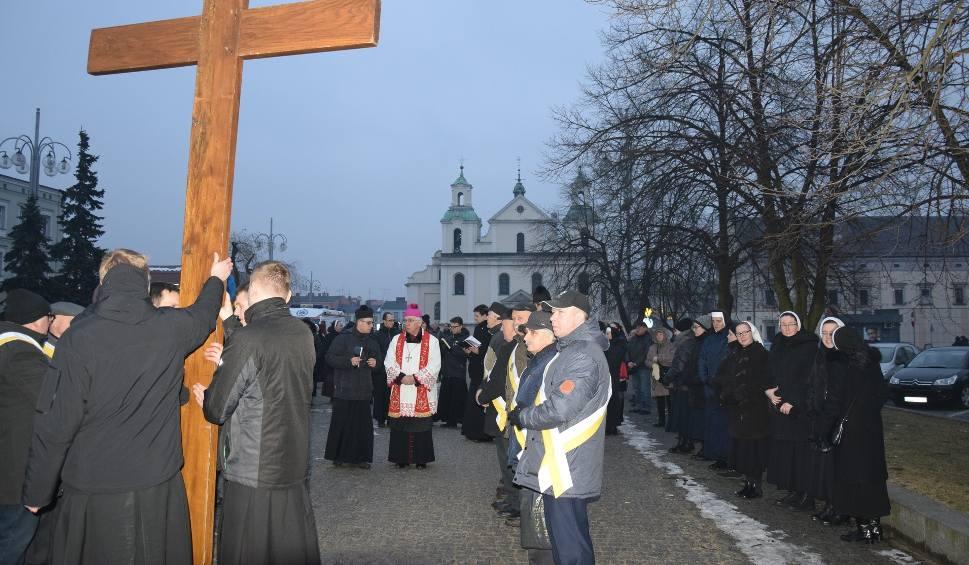 Film do artykułu: Droga Krzyżowa w Częstochowie z metropolitą częstochowskim arcybiskupem Wacławem Depo ZDJĘCIA