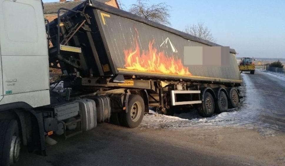 Film do artykułu: Kopina. Ciężarówka zsunęła się do rowu. Są utrudnienia w ruchu