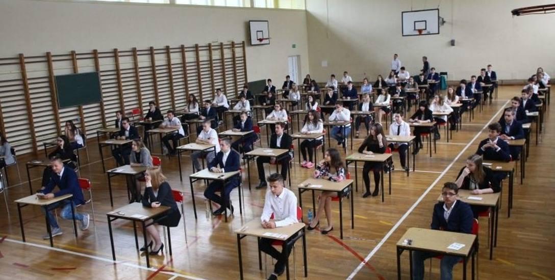 Uczniowie przed egzaminami uczą sie nawet w ferie.