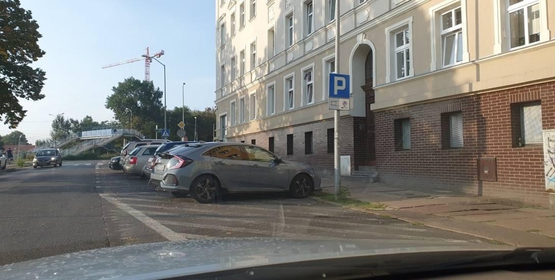 Tak się nie parkuje, ale znak postoju może wprowadzać w błąd