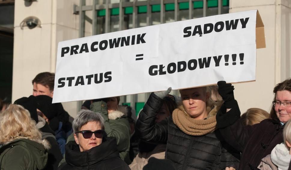 Film do artykułu: Protest w wymiarze sprawiedliwości. Urzędnicy z Sądu Rejonowego w Gdyni skierowali list otwarty do premiera RP Mateusza Morawieckiego