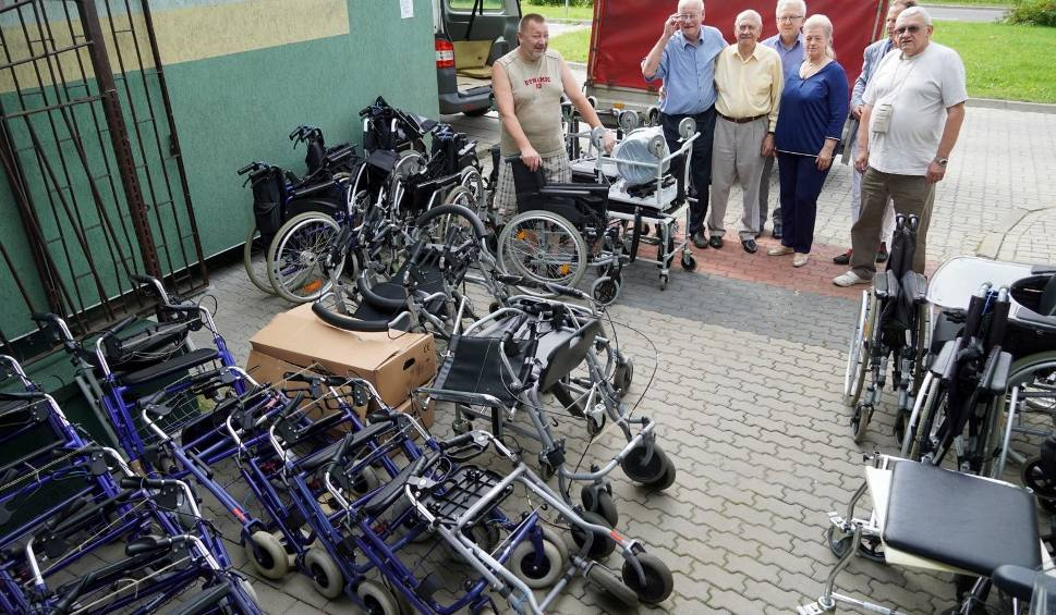 Film do artykułu: Wózki dla niepełnosprawnych, chodziki, windy do kąpieli, podnośniki... Rubież dostała nowy sprzęt. Przekaże go potrzebującym (wideo)