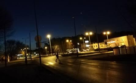 Wtorek, 15 stycznia, tuż przed godziną 7 rano. Zarówno przejście przez południową jak i północną jezdnię Wojska Polskiego jest nieoświetlone.