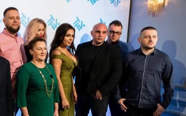 Gogglebox. Przed telewizorem: Jacy są naprawdę bohaterowie hitu TTV. Sylwia Bomba, Agnieszka Kotońska i Dominik Abus