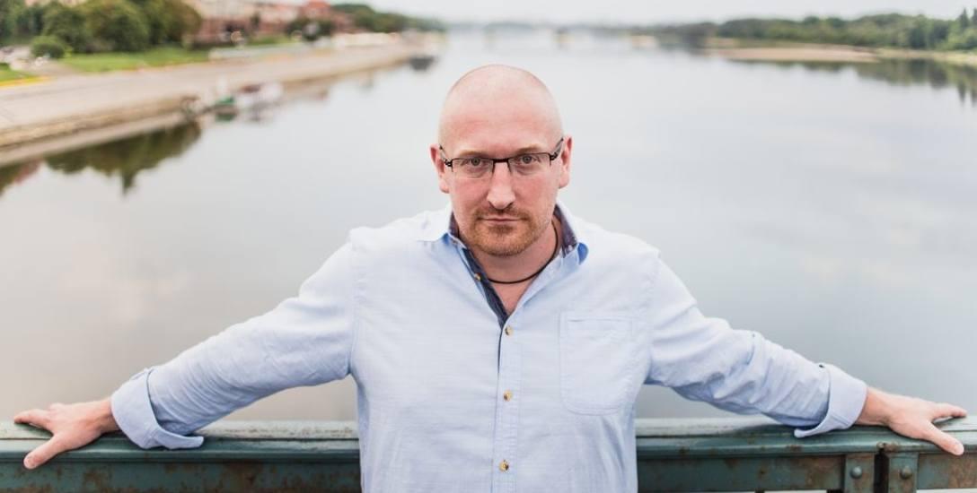 Robert Małecki, torunianin, swoją powieść również osadził w Toruniu: - W sumie 7 lat czekałem na spełnienie marzeń i złożenie podpisu na umowie z profesjonalnym