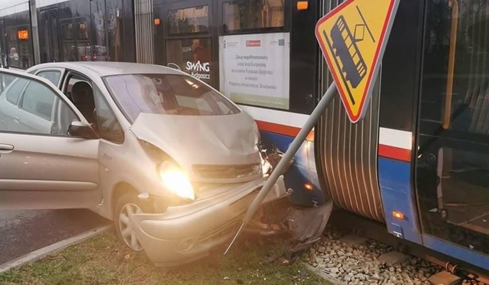 Film do artykułu: Zderzenie auta z tramwajem w bydgoskim Fordonie [zdjęcia]