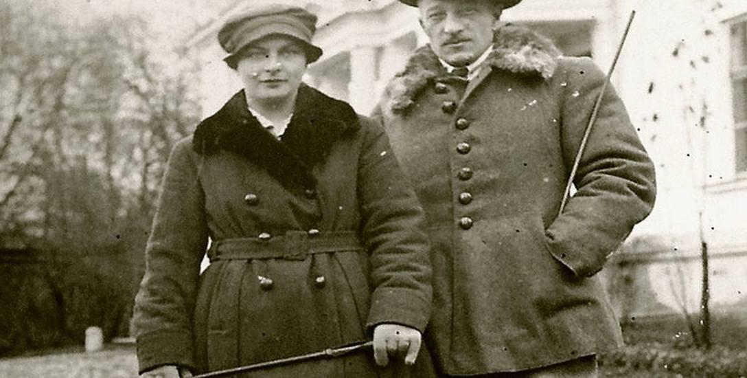 Eugenia i Michał Starzeńscy, w tle pałac w Ciechanowcu