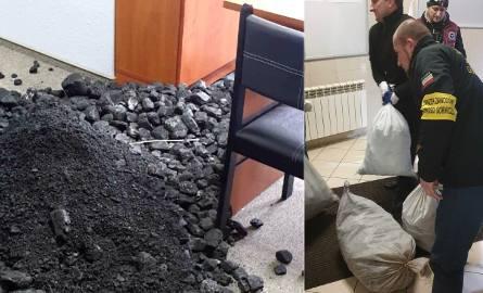 Zwały węgla w biurach poselskich na Śląsku. Górnicy przeprowadzają kolejną akcjęZobacz kolejne zdjęcia. Przesuwaj zdjęcia w prawo - naciśnij strzałkę