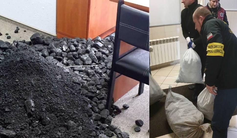 Film do artykułu: Górnicy wysypali węgiel w biurach poselskich PiS na Śląsku. To akcja związkowców Sierpień 80