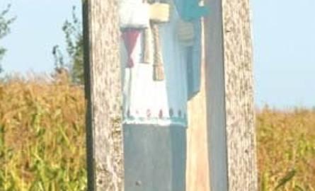 Przy okolicznych drogach możnaznaleźć masę rzeźb. Najwięcej wśródnich jest tych, które przedstawiają św.Jana Nepomucena.Według tradycjiludowej chroni