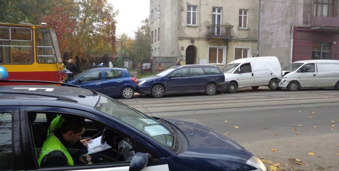 """""""Siódemka"""" zmiażdżyła cztery auta na ulicy Przybyszewskiego"""