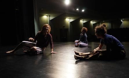 Kasia próbowała nauczyć się tańca współczesnego w Studiu Teatru Fizycznego przy Miejskim Centrum Kultury w Rudzie Śląskiej