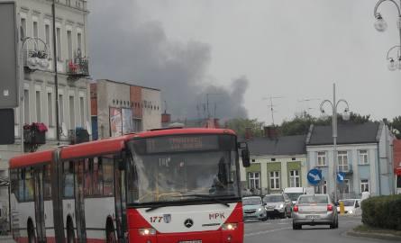 Pożar w częstochowskiej dzielnicy Mirów. Trzech strażaków i 2 inne osoby zostały poszkodowane [FOTO]