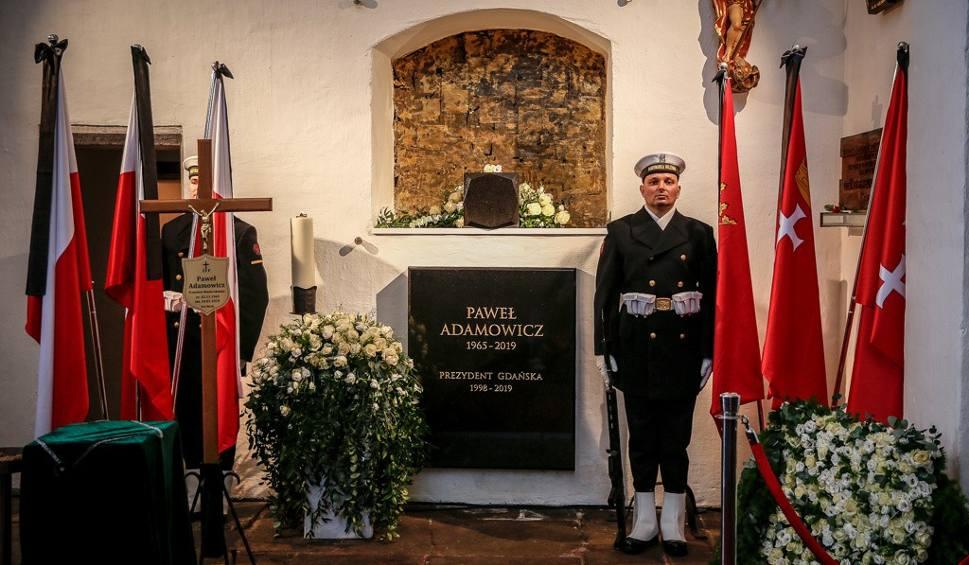 Film do artykułu: Gdzie pochowano śp. Prezydenta Pawła Adamowicza? Urna z prochami Prezydenta Gdańska w Bazylice Mariackiej. Gdzie jest grób Pawła Adamowicza?
