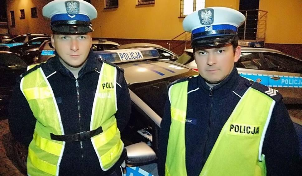 Film do artykułu: Wyszków. Policjanci pomogli dowieźć nieprzytomnego chłopca do szpitala. Zobaczcie wideo