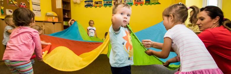 """Australijski psycholog, Steve Biddulph, pisze: """"Jeżeli jest to możliwe, do ukończenia 3 lat, chłopiec powinien być pod opieką jednego z rodziców"""